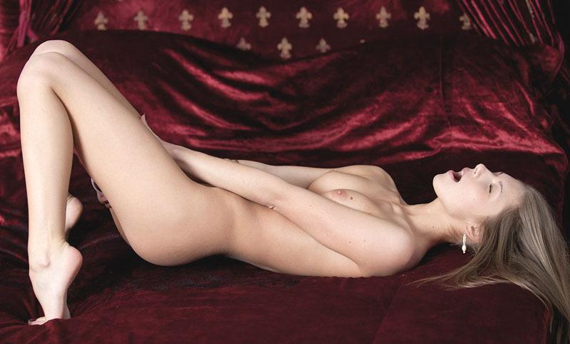 Длинноногая москвичка раздевается перед камерой
