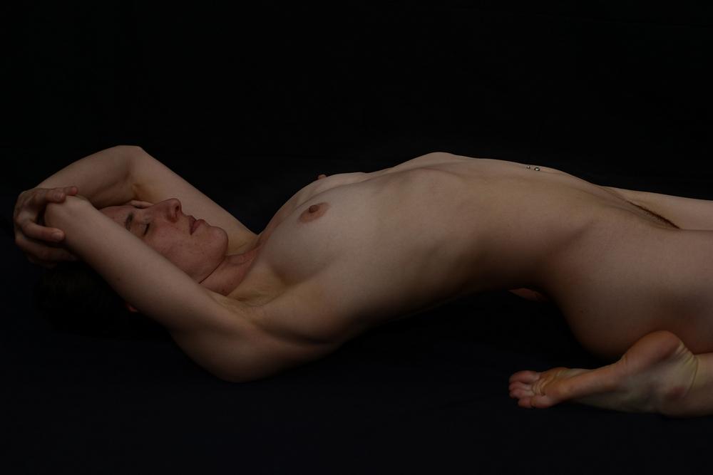 Подтянутая телочка позирует дома в разных позах без одежды