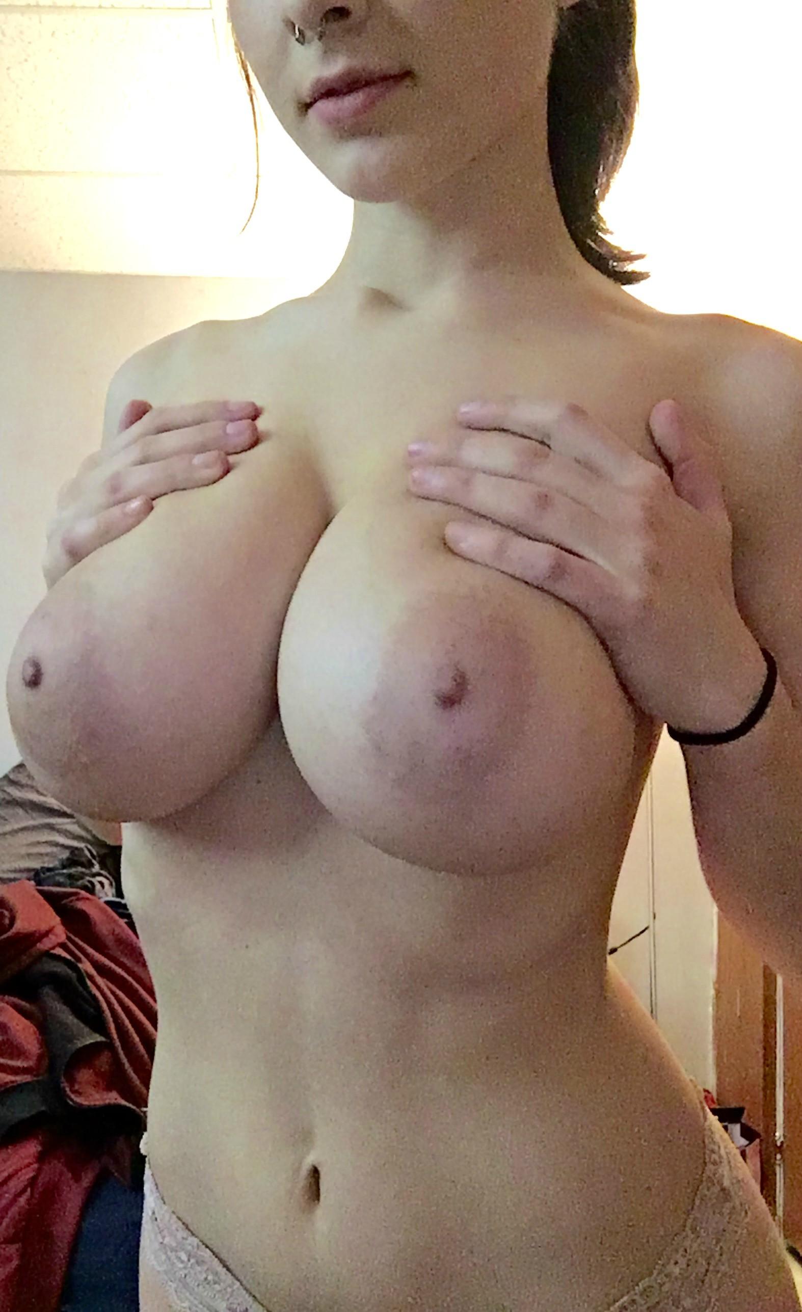 Подборка голых сисек большого размера одиноких леди