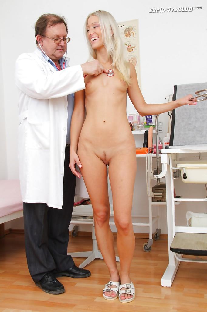 Старый доктор рассматривает пизду стройной блондинки