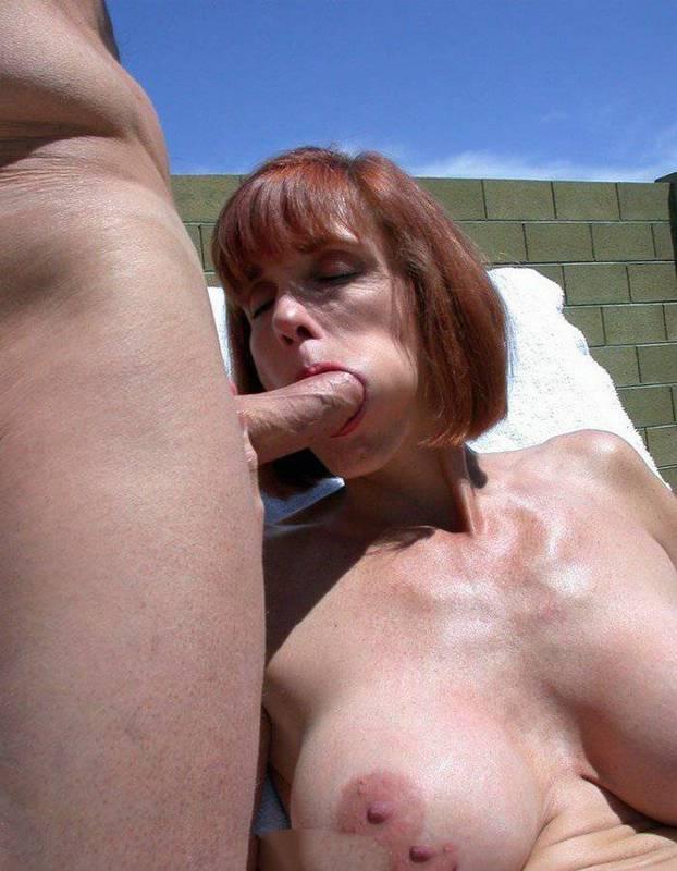 Лощеная мамаша со стройным телом позирует голышом и трахается с партнером