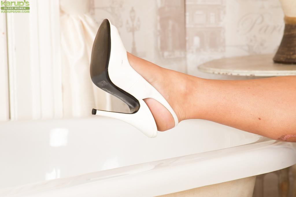 Баба в белых туфлях показала пизду на ковре ванной