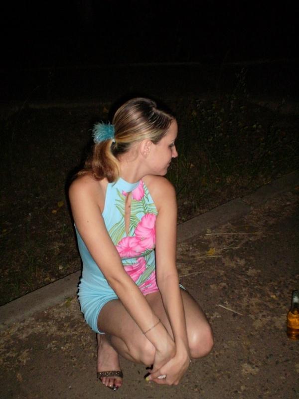 Девица с маленькими сосками показала пизду и сделала хахалю минет в парке