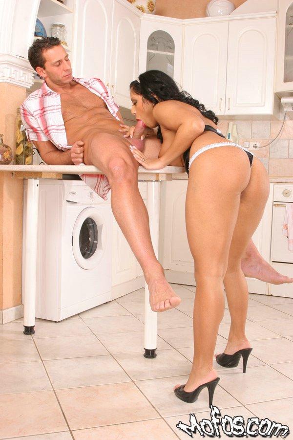 Сантехник выебал грудастую мамку на кухонном столе и кончил ей в рот