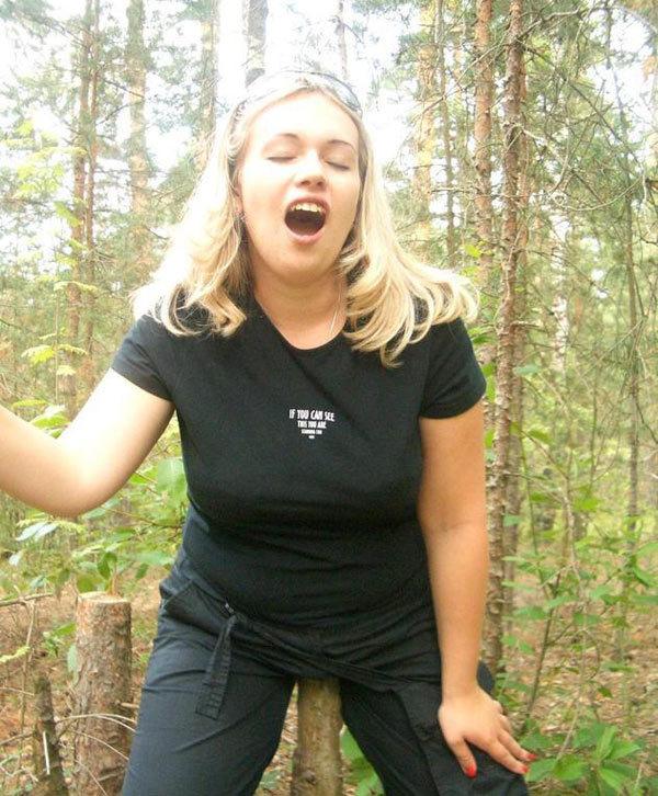 Милфа в солнцезащитных очках сделала мужу минет в лесу