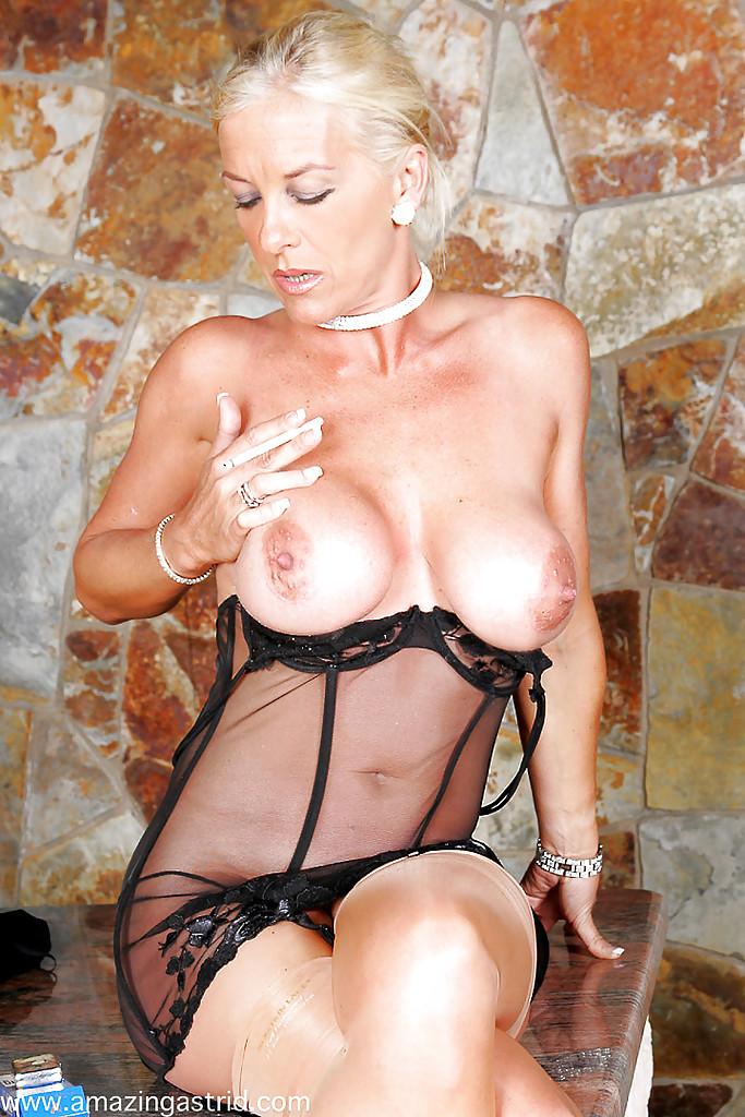 Мадам с сигаретой ласкает пальчиками пилотку