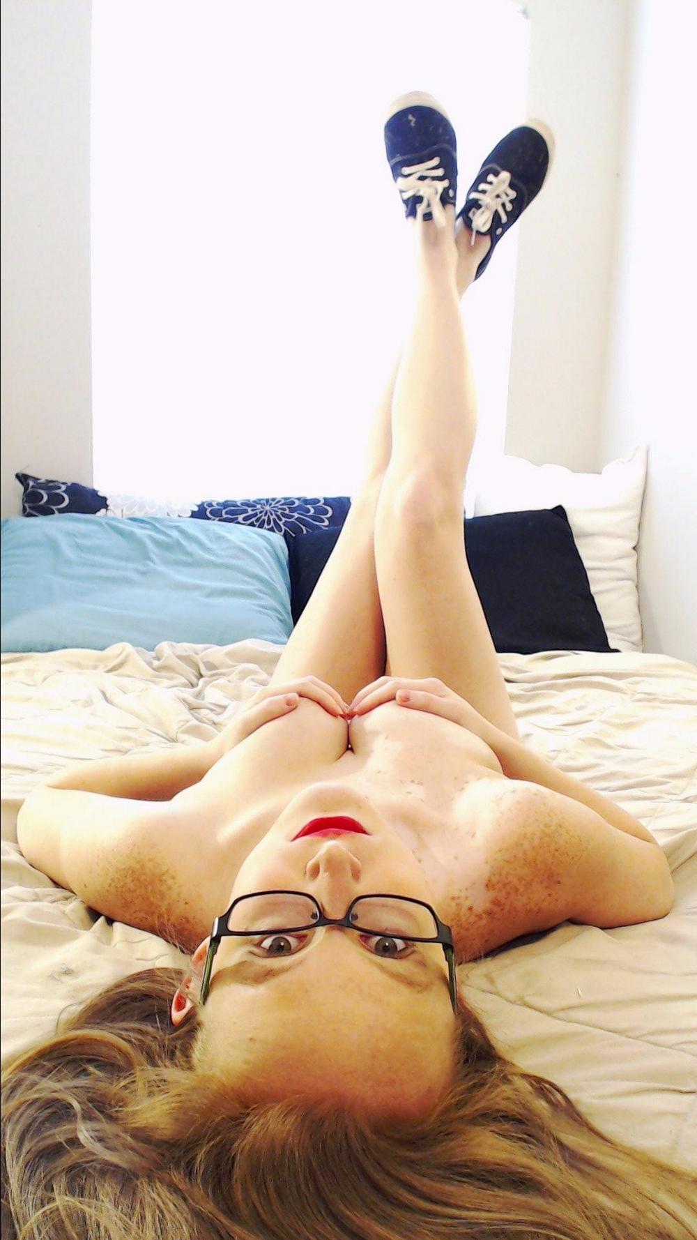 Интересная девка в очках позирует голышом и со спермой на лице