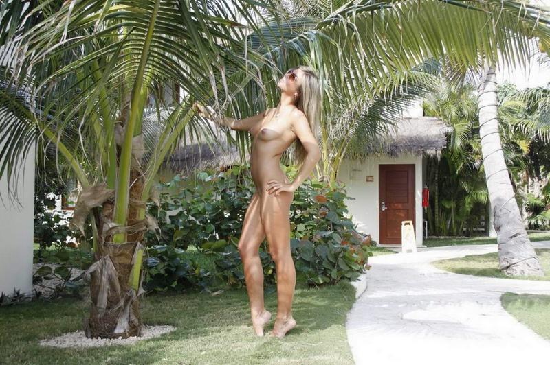 Загорелая девица разделась на курорте