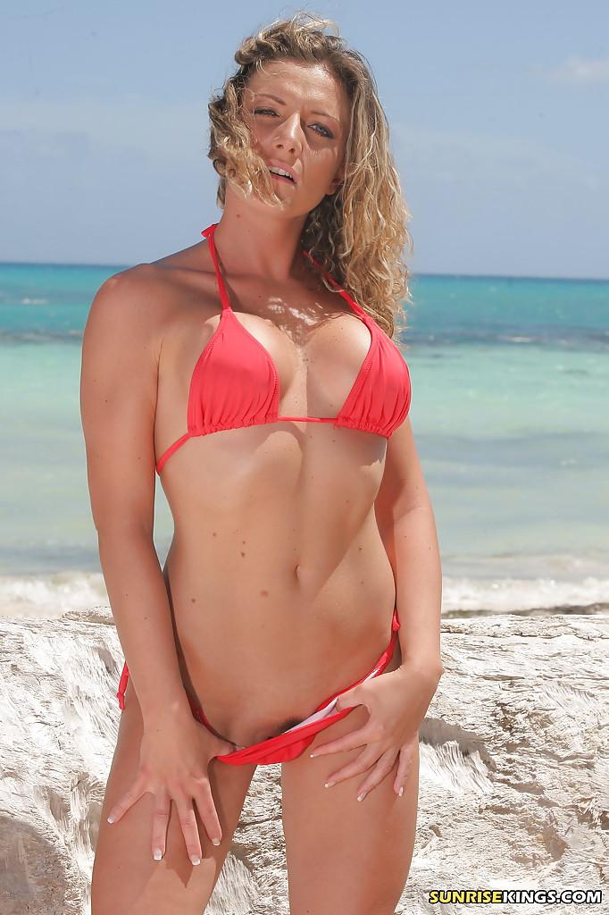Две грудастые мамки позируют обнажёнными на пляже