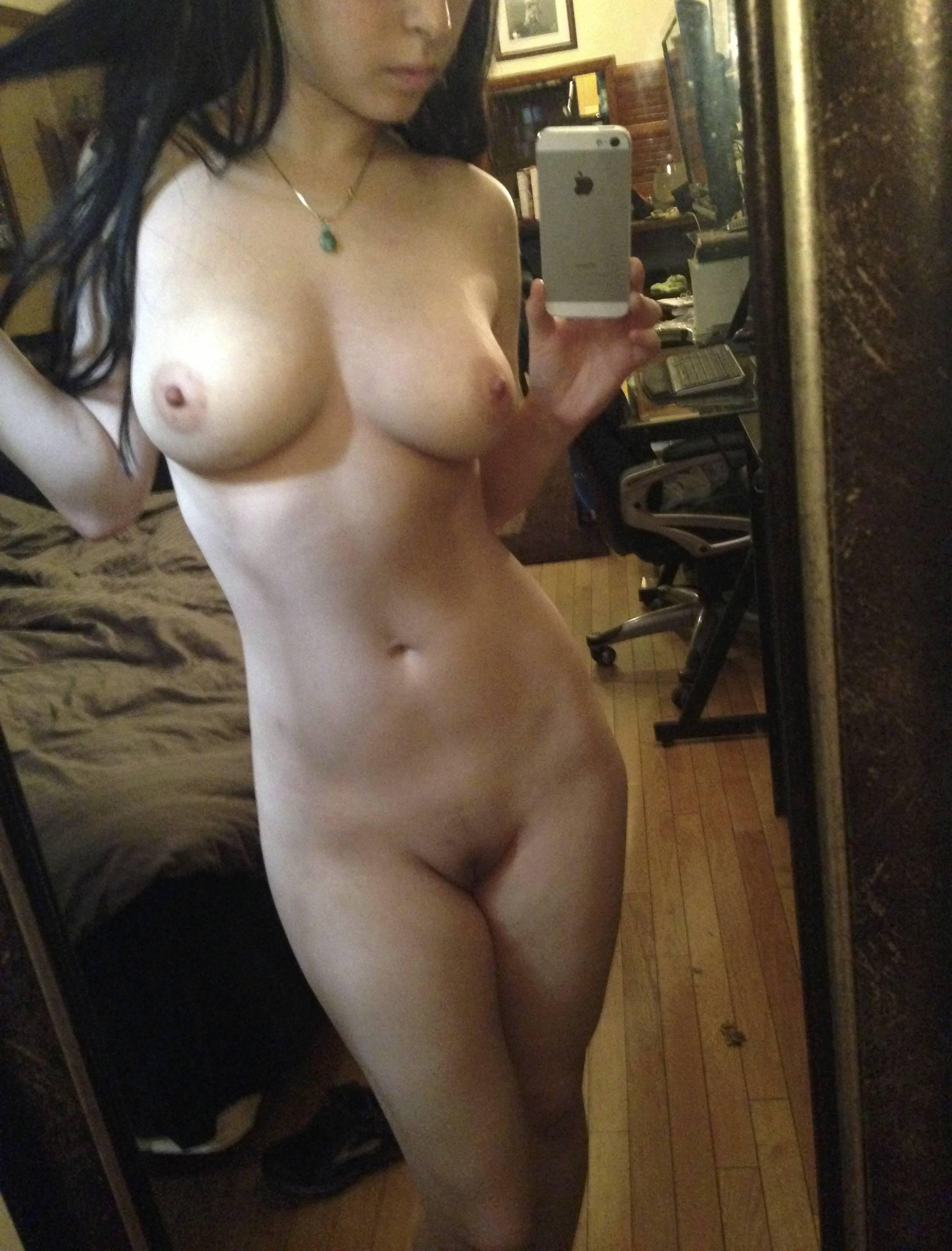 Подборка игривых девок с голыми телами перед зеркалом