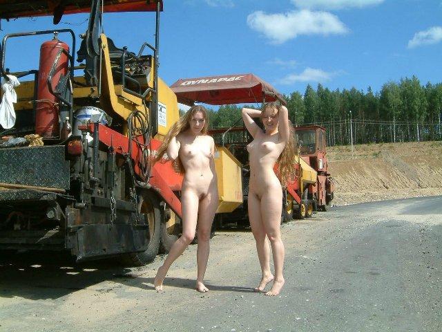 Куколки с интимными стрижками прогуливаются голыми о дороге
