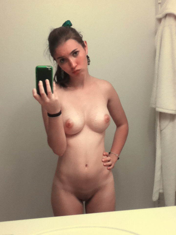 Сиськи телочки в зеркале