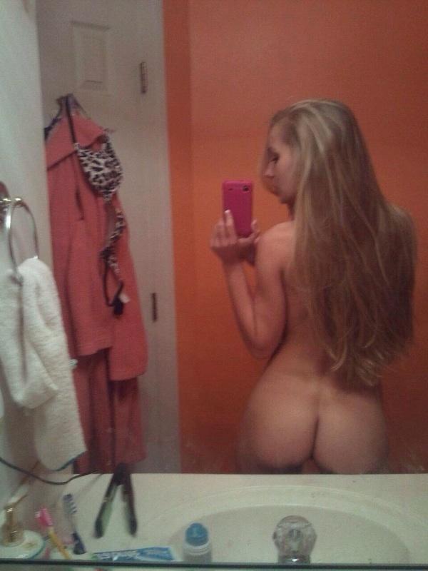 Девушки с обнаженными сиськами позируют голышом перед зеркалом