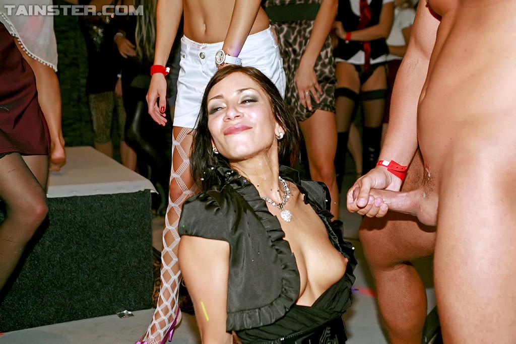 Милфы занимаются групповым сексом на вечеринке