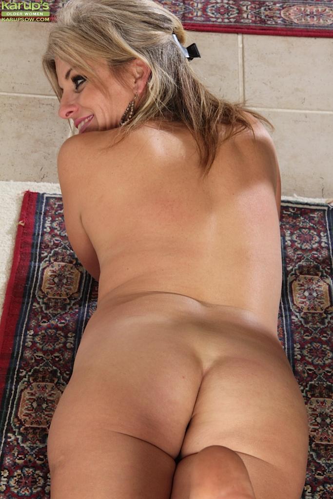 Сорокалетняя блонда раздвинула ноги и показала вагину
