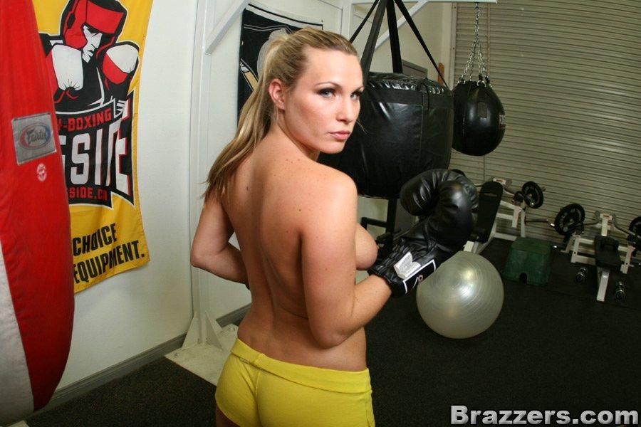 Жопастая блонда занимается в зале обнаженной