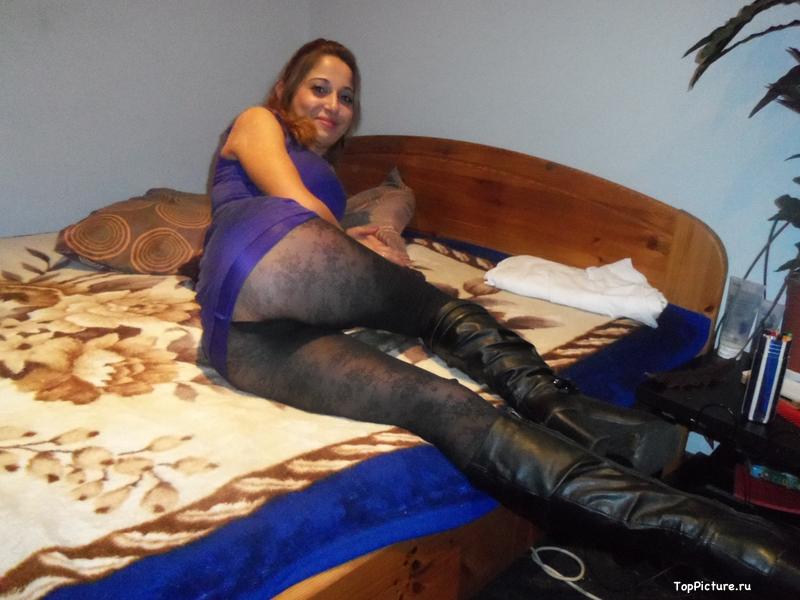 Баба в чёрных сапогах отсосала пенис сожителя
