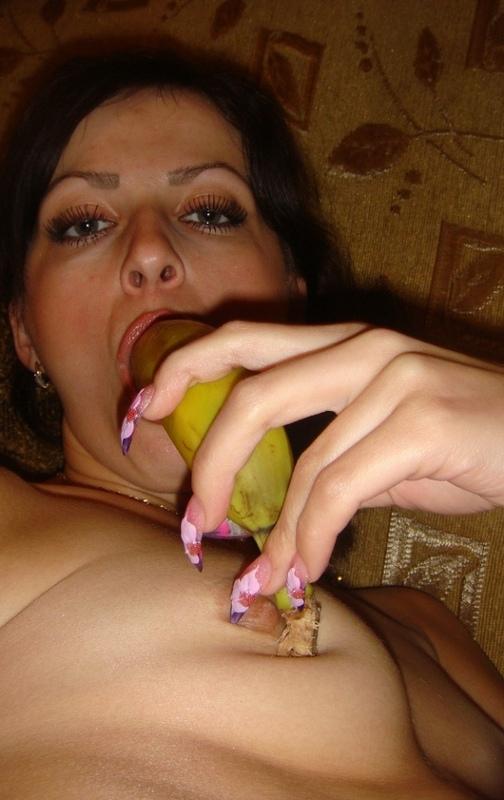 Брюнетка с волосатым лобком пялит себя бананом в вагину