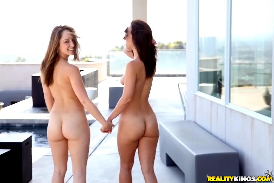 Загорелые девки прогуливаются по дому обнажёнными