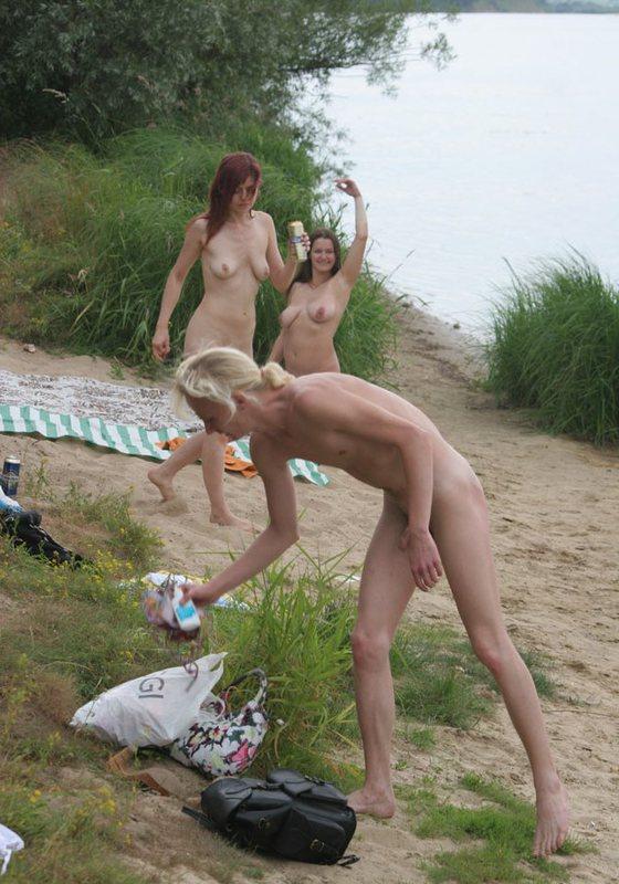 Грудастая милфа играет в волейбол на нудистском пляже