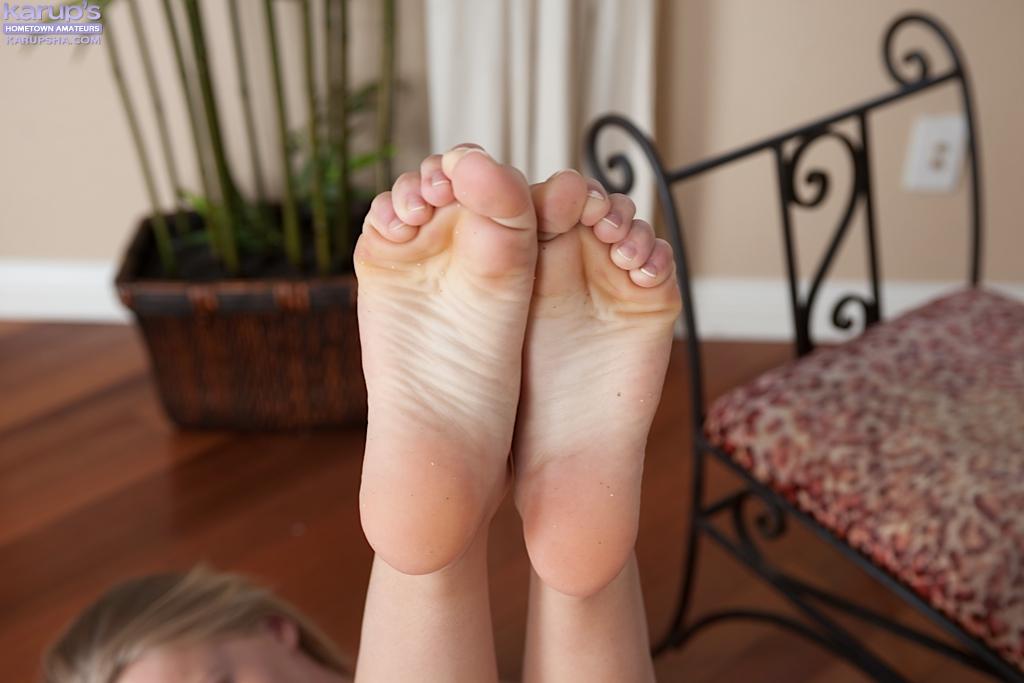 Блонда в белых трусах мастурбирует на полу