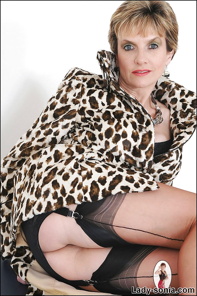 Зрелка в леопардовом пальто демонстрирует пизду с интимной прической