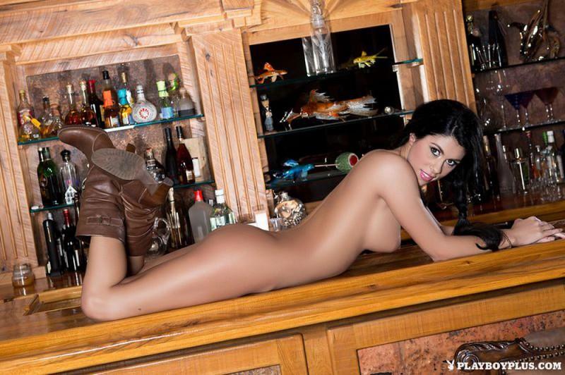 Брюнетка разделась и раздвинула ноги на барной стойке
