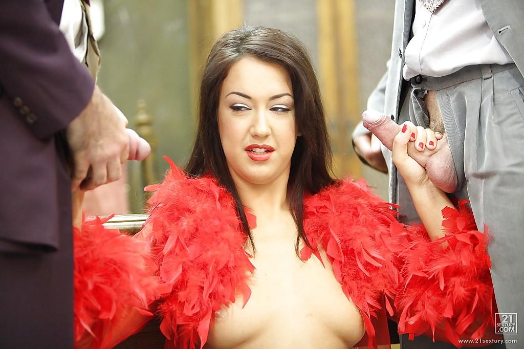 Брюнетка в красном наряде отсосала двум кавалерам и дала им в очко