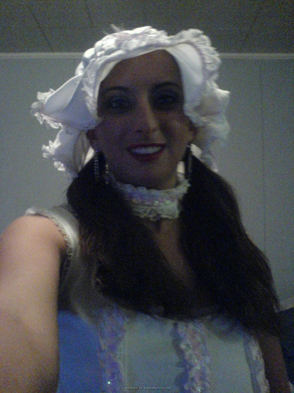 Брюнетка в карнавальном наряде пялит себя вибратором в вагину