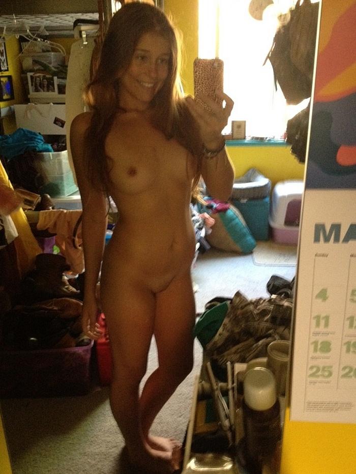 Девки делают селфи с голыми задницами и титьками
