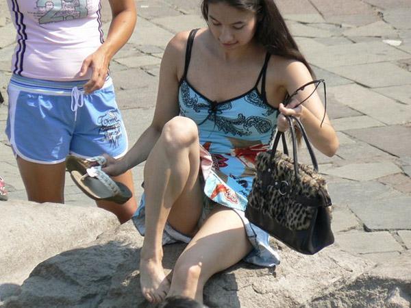 Подборка засветов разных баб, которые забывают о том, что они вышли на улицу в юбках