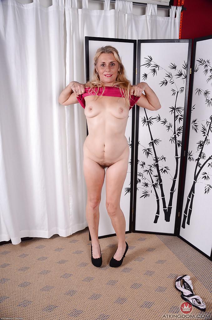Старуха сняла с себя розовое платье, чтобы засветить волосатой пилоткой