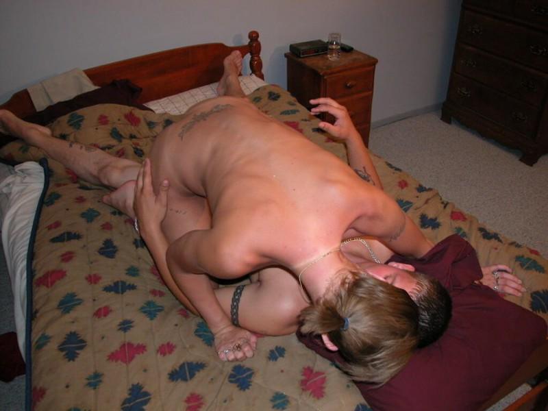 Загорелая девка с хвостиком скачен на пенисе татуированного сожителя