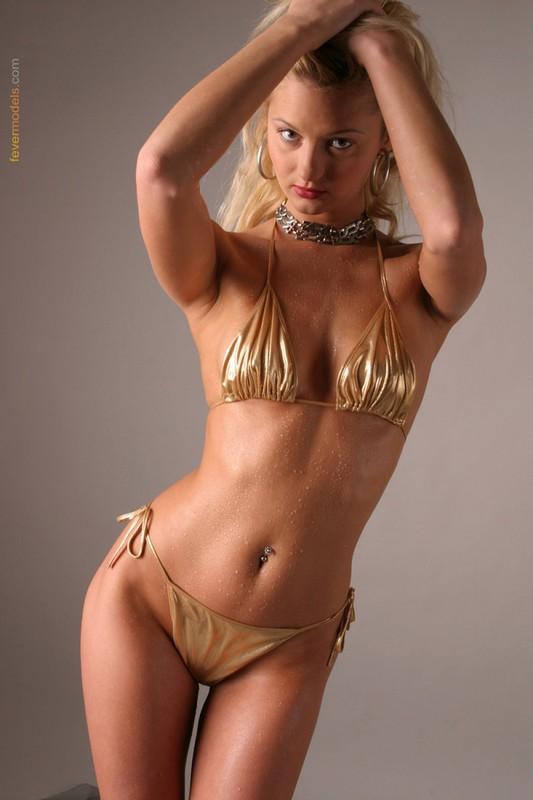 Блондинка в купальнике золотого цвета светит голой пилоткой