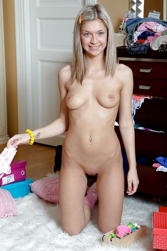 Светловолосая девка пялит себя в очко игрушкой