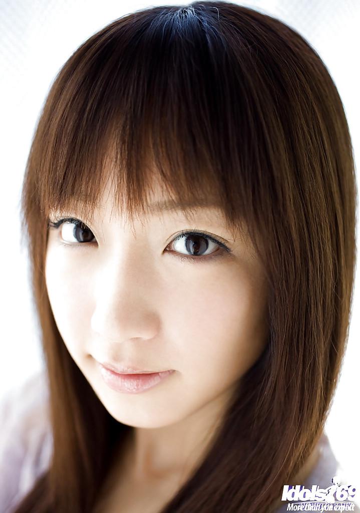 Молодая китаянка показала волосатую пилотку