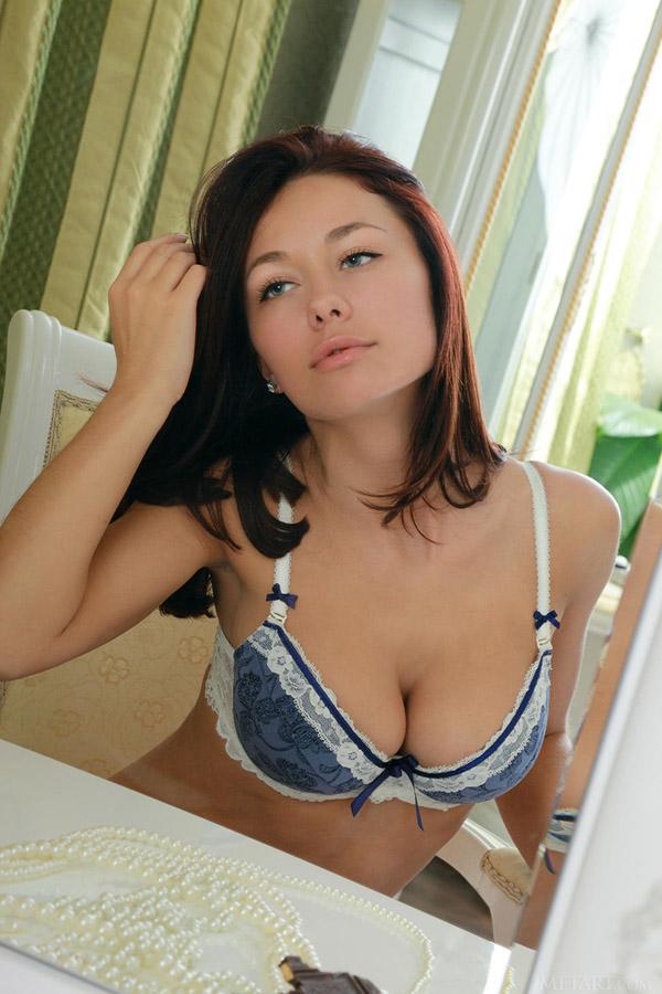 Девка в синем белье крутит покой перед зеркалом
