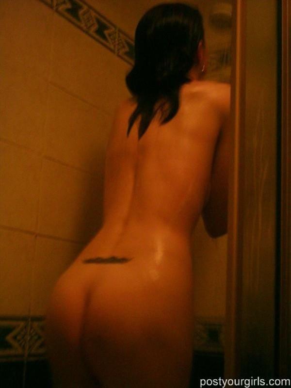 Худощавая девка в душе светит маленькими сиськами и бритой дыркой