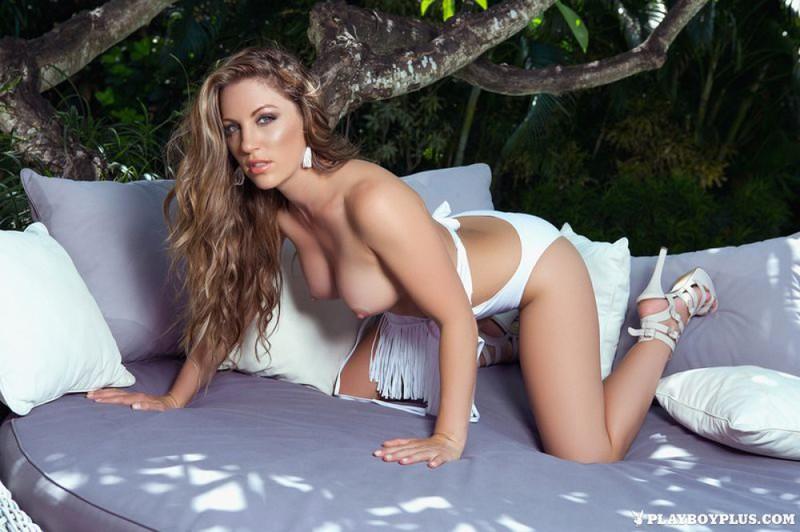 Красивая дама в белом купальнике обнажилась возле дерева и засветила киской