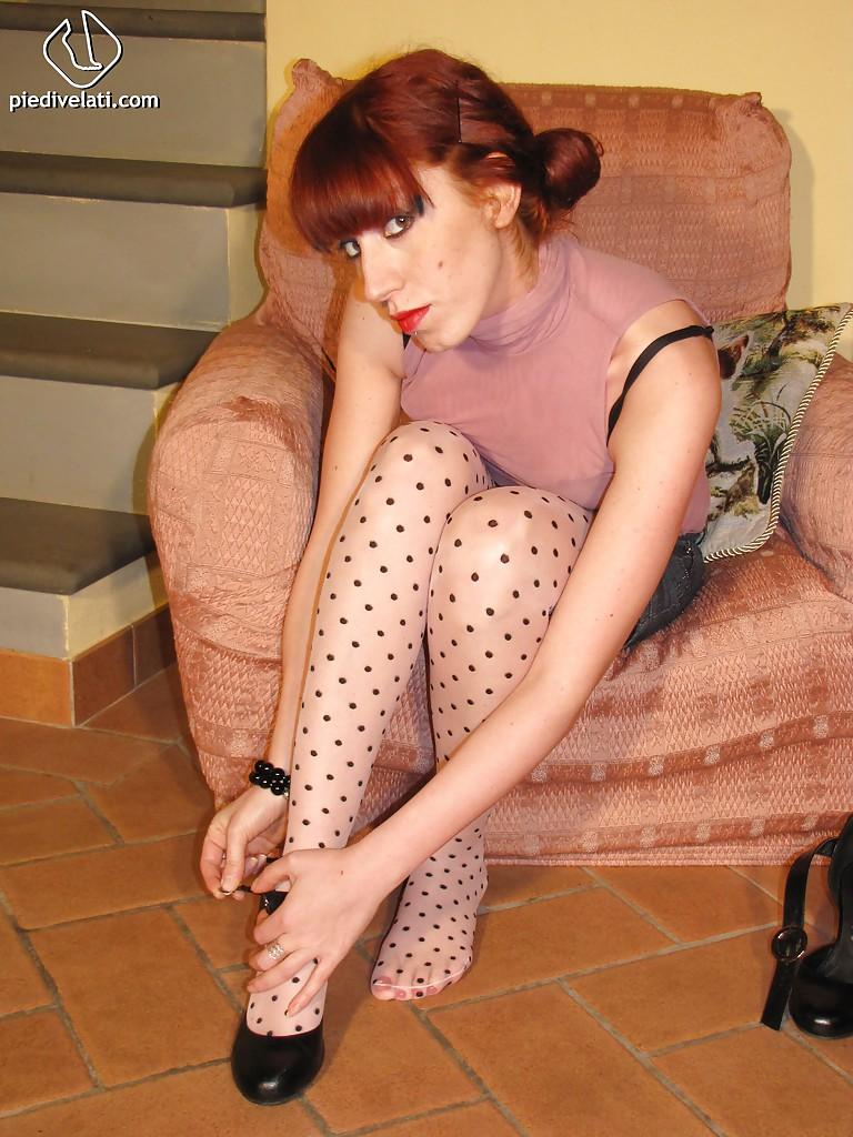 Высокая девка в чулках демонстрирует красивые ступни
