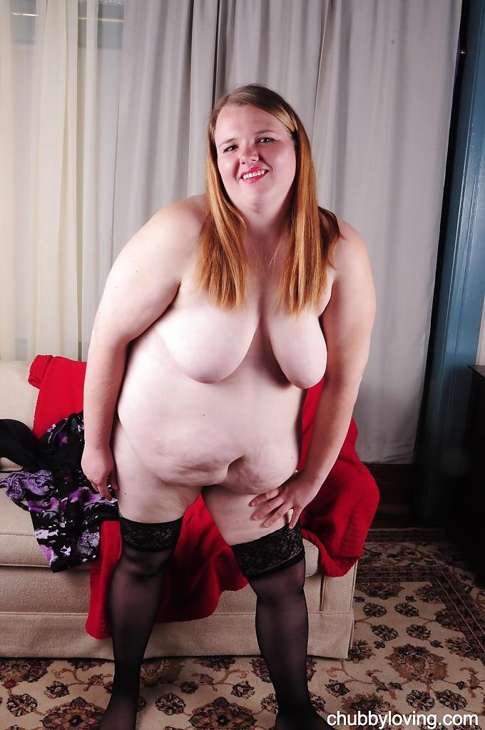 Толстая тётка сняла платье и начала мастурбировать