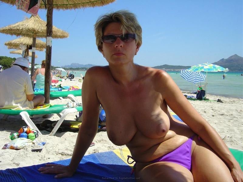 Зрелая дама с большой грудью позирует перед хахалем голышом на отдыхе