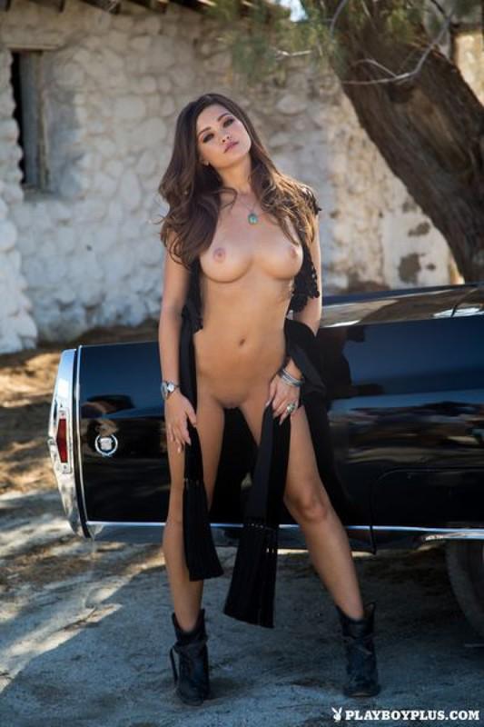 Сексапильная модель с упругими сиськами позирует перед камерой голышом