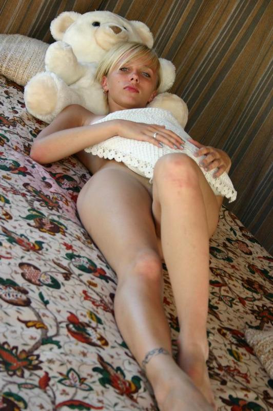 Голубоглазая красотка с розовой щелью и короткими волосами позирует голышом