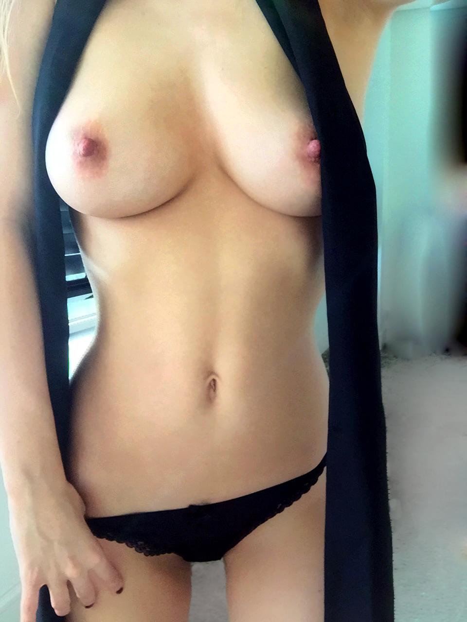 Подборка голых сисек молодых девушек со стройными телами