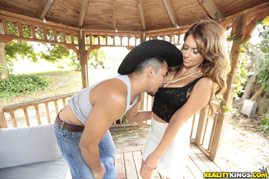 Mia Ryder делает минет бойфренду и трахается с ним в летней беседке