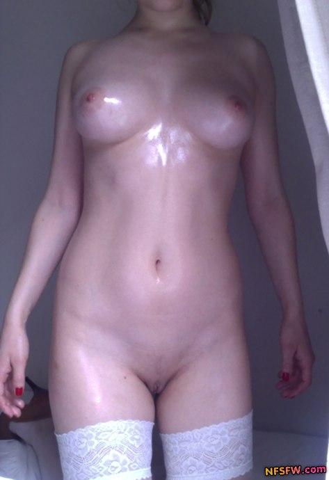 Длинноногая модель из Осло светит большой грудью и бритой пиздой