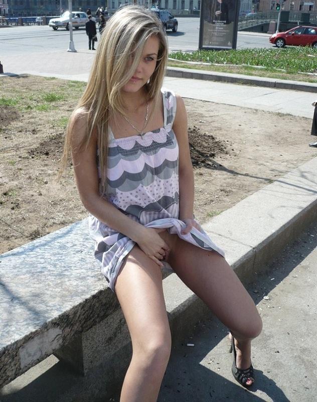 Худенькая блондинка позирует перед бойфрендом в обнаженном виде