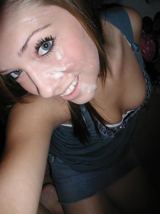 Молодые девки светят лицами, которые забрызганы спермой