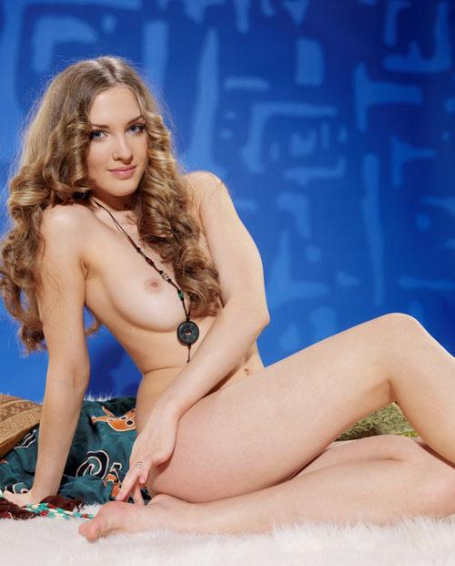 Голубоглазая красотка попозировала в обнаженном виде для сайта знакомств